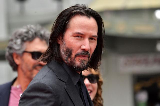 Keanu Reeves: Tài sản hàng triệu đô nhưng vẫn ăn mặc bình dân, ngồi nói chuyện với người vô gia cư.6