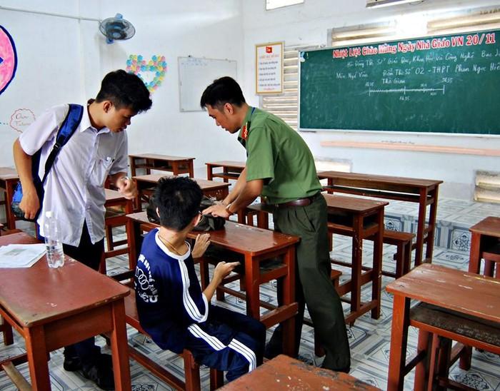 Cạnh đó, có một học sinh khác là thí sinh ngồi cạnh bàn của cậu cũng hỗ trợ rất nhiệt tình.