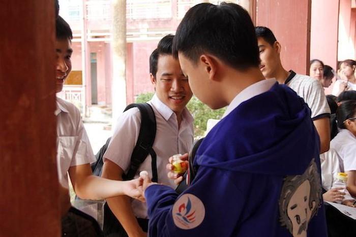 Thí sinh Đinh Mạnh (lớp 12, THPT chuyên Lê Quý Đôn, thi ở điểm thi số 3) đang chia thuốc cho các bạn.