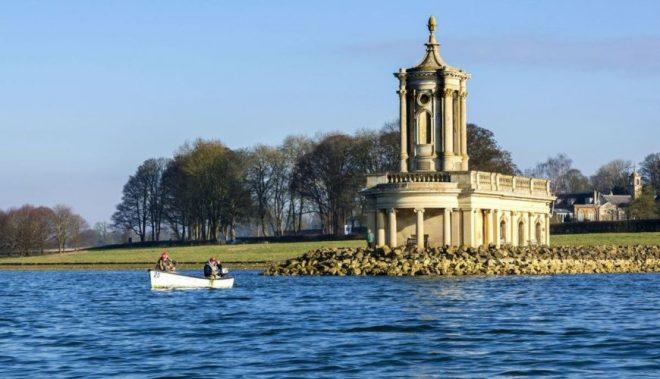 Ngôi nhà bên hồ chứa Ruland ở Anh.