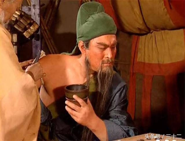 Đoạn Quan Vân Trường trúng tên độc được Hoa Đà cạo xương, vẫn bình thản ngồi chơi cờ.