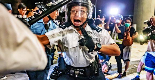 """""""Cảnh sát giả"""" ở Hồng Kông đã nói lên điều gì?"""