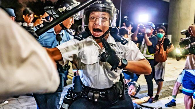 """""""Cảnh sát giả"""" ở Hồng Kông đã nói lên điều gì? - H1"""