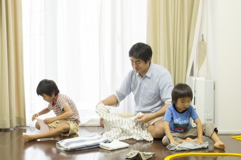 Các cha mẹ nuôi dạy con thành công thường tập cho trẻ làm việc nhà từ sớm. (Ảnh qua The Japan Times)