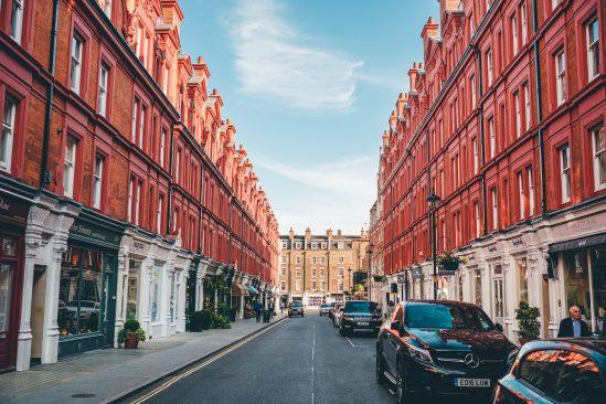 Hai tòa nhà gạch đỏ đối xứng với nhau. (Ảnh qua reddit.com)