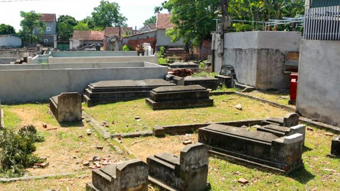 Ngôi làng 'nghĩa trang' ở Nghệ An - nơi người sống, người chết phải 'ở chung' với nhau - H1