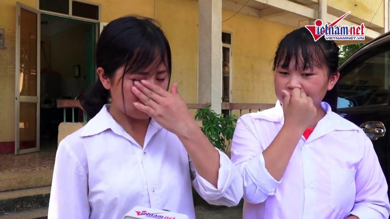 Nữ sinh nghèo vượt khó không kìm nổi nước mắt khi kể vè hoàn cảnh, đứng kế bên là cô bạn thân của mình.