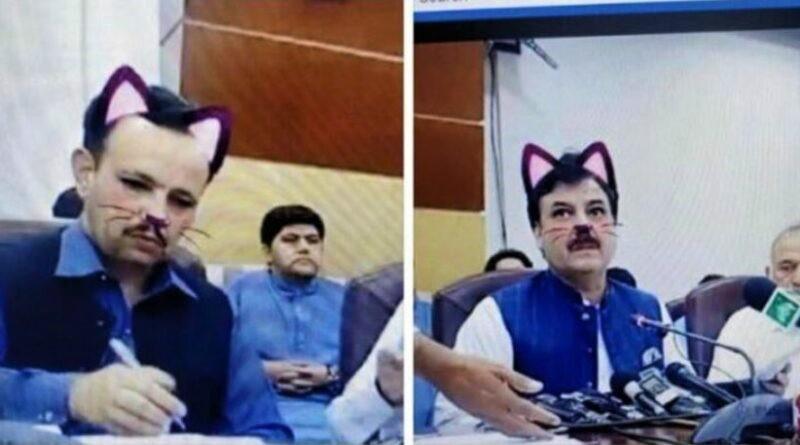 Hình ảnh khiến người xem không thể nhịn cười của các quan chức Pakistan trong buổi họp báo. (Ảnh qua SBS)