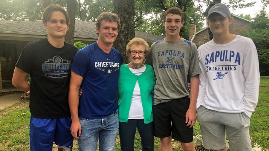 Cụ Ritchie và 4 người hùng trẻ tuổi. (Anhr qua storiesflow.com)