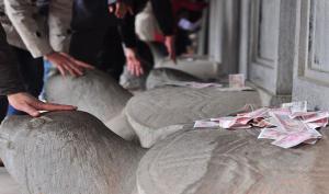 Hà Nội: Hàng ngàn phụ huynh và sĩ tử sờ đầu rùa cầu may trước kỳ thi THPT