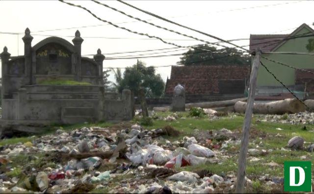 Ngôi làng 'nghĩa trang' ở Nghệ An - nơi người sống, người chết phải 'ở chung' với nhau - H4