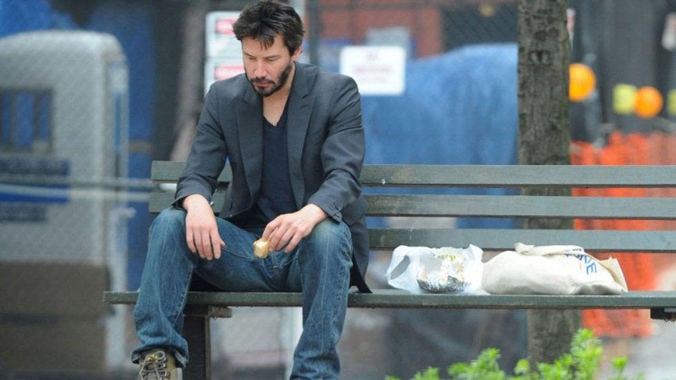 Hình ảnh Keanu ngồi ăn bánh một mình trong công viên vào sinh nhật lần thứ 46 của mình. (Ảnh qua Vanguardia)
