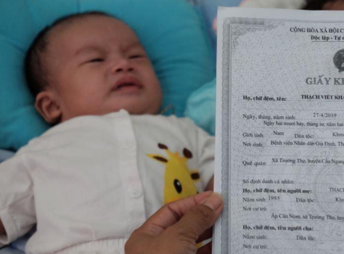 Người phụ nữ tốt bụng hàng ngày đi nhặt trẻ sơ sinh bị mẹ bỏ rơi về nuôi dưỡng - H6