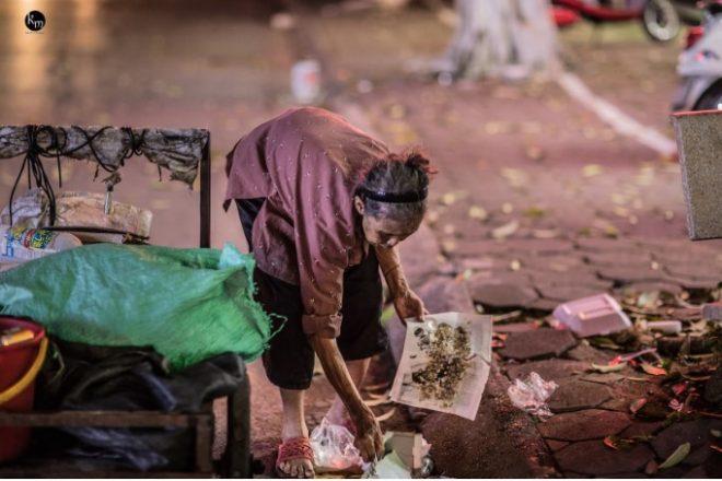 Cụ già 83 tuổi nhưng hàng ngày vẫn phải còng lưng nhặt rác để nuôi 2 cháu ăn học.7