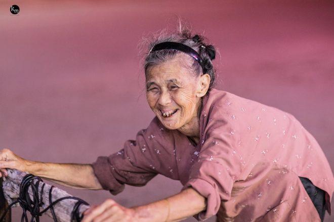 Cụ già 83 tuổi nhưng hàng ngày vẫn phải còng lưng nhặt rác để nuôi 2 cháu ăn học.10