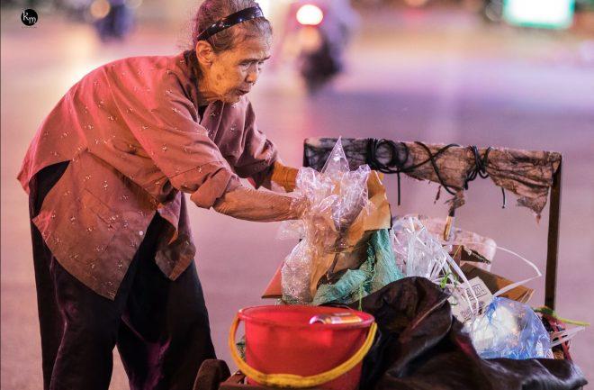 Cụ già 83 tuổi nhưng hàng ngày vẫn phải còng lưng nhặt rác để nuôi 2 cháu ăn học.6