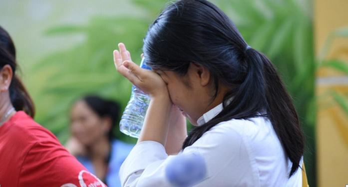 Thí sinh quỳ gối khóc nức nở tại trường do không biết lịch thi lại môn Văn - H1