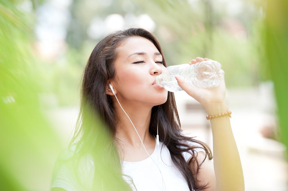 Uống nước vào buổi sáng làm hài hoà hệ bạch huyết của bạn và giúp cơ thể bạn tự bảo vệ chống lại nhiễm trùng. (Ảnh qua shutterstock)
