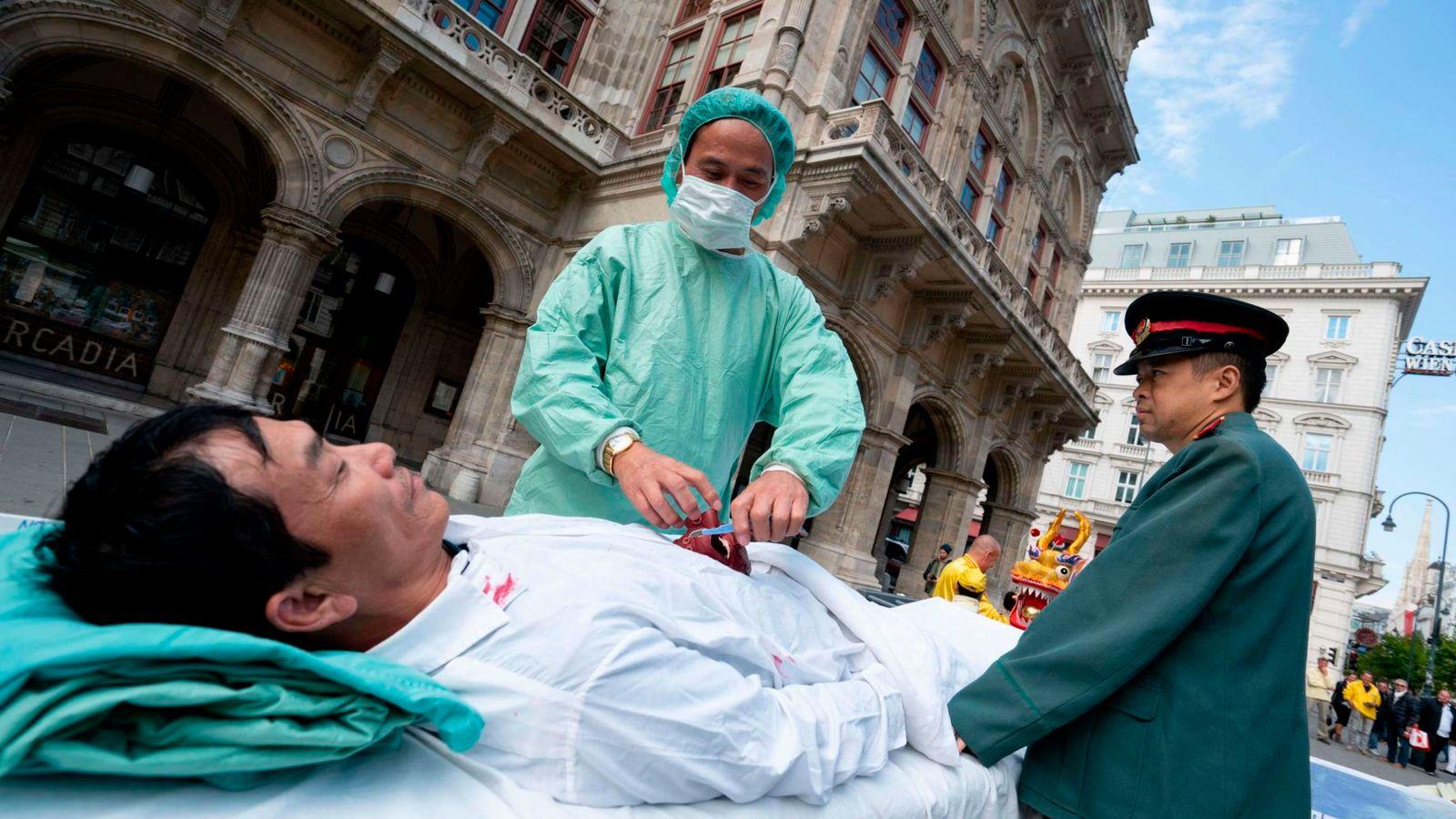 Các nhà hoạt động ở Vienna đang diễn lại cảnh mổ cướp nội tạng ở Trung Quốc, tại một sự kiện năm 2018. (Ảnh qua news.sky.com)