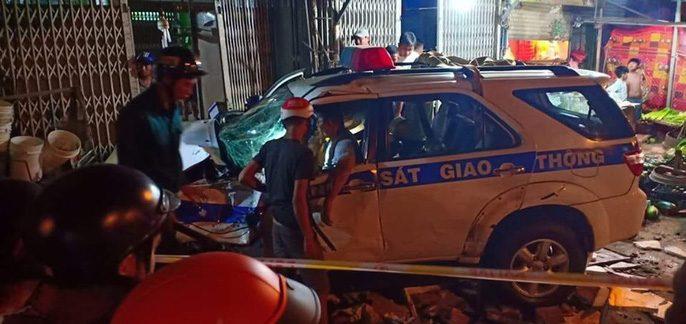 Lái xe say xỉn đâm vào ki ốt, CSGT bình tĩnh cầm tiền xua đuổi người dân.2
