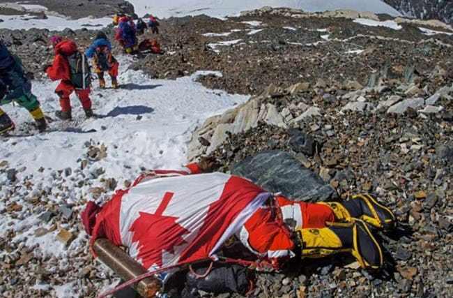Một xác người bị đông cứng trên đường lên đỉnh Everest. (Ảnh qua Ranker)
