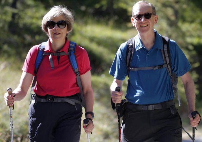 Thủ tướng Anh Theresa May đi leo núi cùng chồng