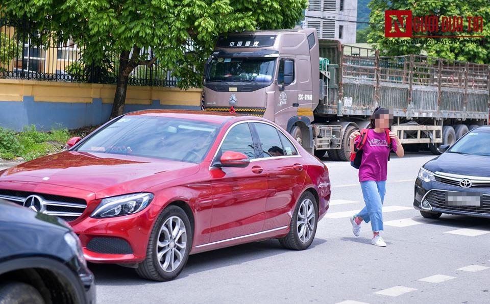 Thí sinh được gia đình đưa đi bằng Mercedes C200 tiền tỷ.