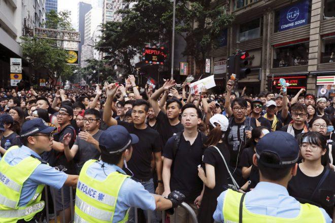 Thế giới liên tục đưa tin về biểu tình Hồng Kông, ĐCSTQ lại ra sức phong tỏa - H1