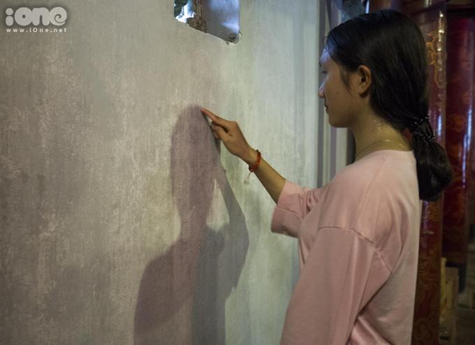 Một số bạn còn dùng ngón tay viết họ tên, số báo danh, nguyện vọng của mình lên tường.