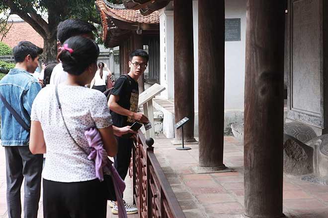 Mặc cho hàng rào chắn, nhiều người vẫn lén lút chui qua để sờ đầu rùa.