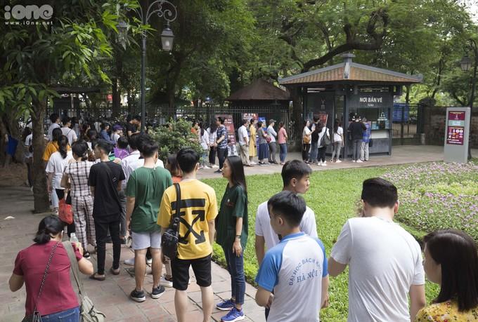 Hàng ngàn thí sinh cùng phụ huynh Hà Nội và các tỉnh lân cận đã đổ về Văn Miếu - Quốc Tử Giám để cầu may mắn, đỗ đạt.