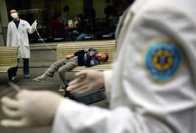 Các nhân viên y tế đang chăm sóc cho một bệnh nhân nguy kịch nghi bị nhiễm SARS, ngày 294/4/2003 ở Vũ Hán, tỉnh Hồ Bắc, Trung Quốc. (Ảnh qua China Daily)