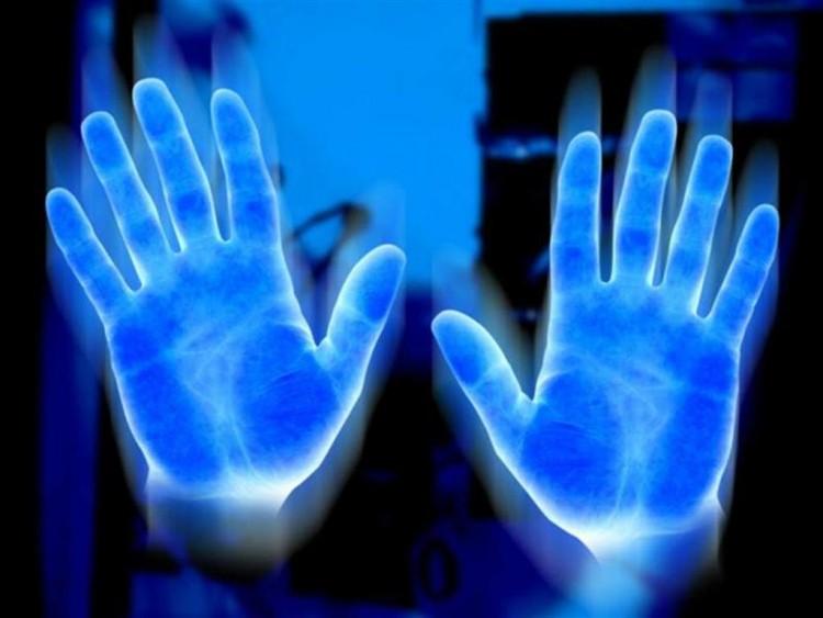 Cơ thể con người có thể phát ra ánh sáng và được một trường hào quang bao bọc. (Ảnh qua Human Are Free)