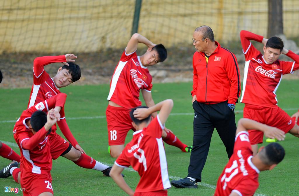 Huấn luyện viên Park Hàng Seo theo dõi các cầu thủ tập luyện. (Ảnh: Zing.vn)