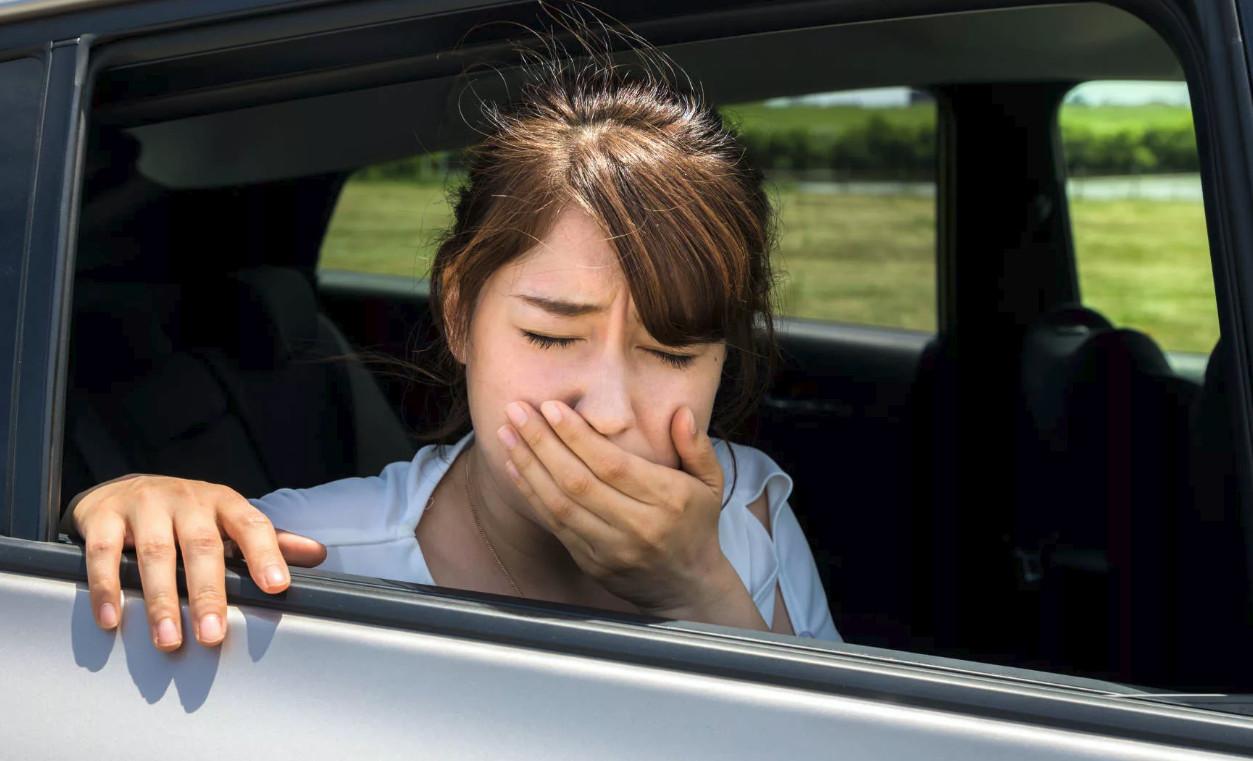 Cảm giác say xe xuất hiện khi thân mình, tai trong và mắt chuyển tín hiệu thần kinh ghi nhận được lên não một cách không giống nhau. (Ảnh qua med8.ru)