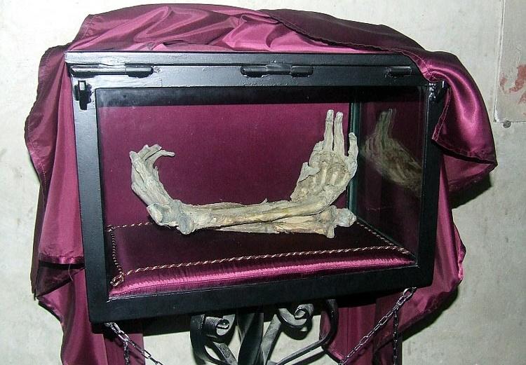 Đôi bàn tay tương truyền là của một tên trộm định đánh cắp thanh kiếm. (Ảnh qua At Home in Tuscany)