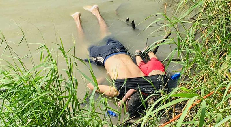 Thi thể của người di cư Salvador Óscar Alberto Martínez Ramírez và con gái Valeria nằm trên bờ sông Rio Grande ở Matamoros, Mexico, hôm thứ Hai.