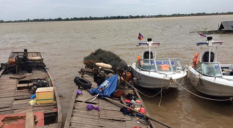 Các tàu cá Việt Nam bị bắt cạnh xuồng tuần tra của cảnh sát tỉnh Prev Veng, Campuchia.