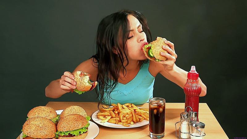 Thường xuyên hấp thụ quá mức lượng cá, thịt trong khẩu phần ăn có khả năng dẫn tới thừa protein, lâu dài sẽ tăng gánh nặng cho thận.