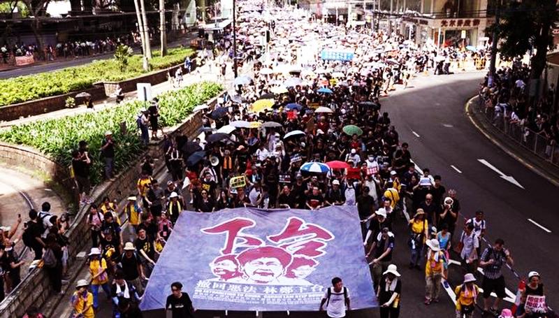 Người Hồng Kông tổ chức một cuộc tuần hành ủng hộ dân chủ thường niên kỷ niệm ngày thành phố được Anh chuyển giao cho Trung Quốc,