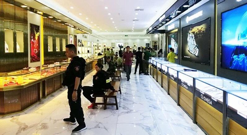 Lực lượng chức năng phát hiện số lượng lớn hàng hóa tại trung tâm mua sắn Thương trường Quốc tế Hồng Nguyên có dấu hiệu hàng giả.