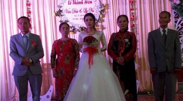Đám cưới không chú rể, không bánh, không rượu giao bôi hay trao nhẫn cưới