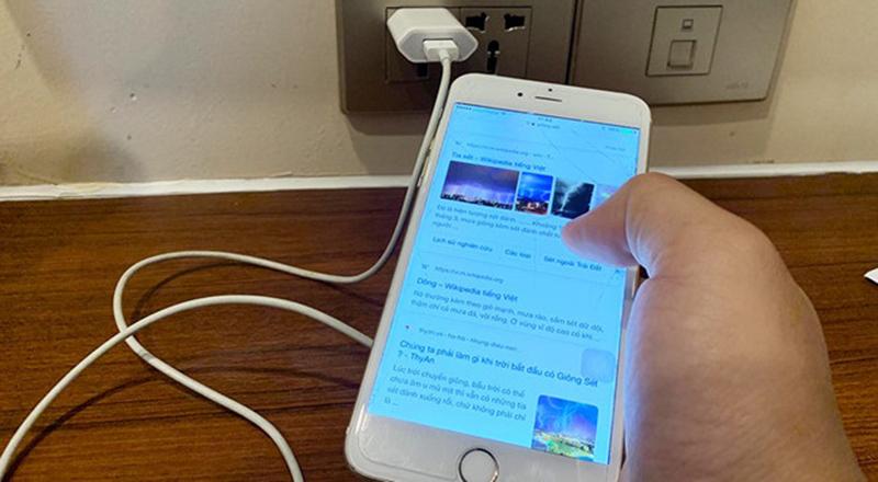 Sử dụng điện thoại khi đang sạc điện tiềm ẩn nguy cơ tai nạn