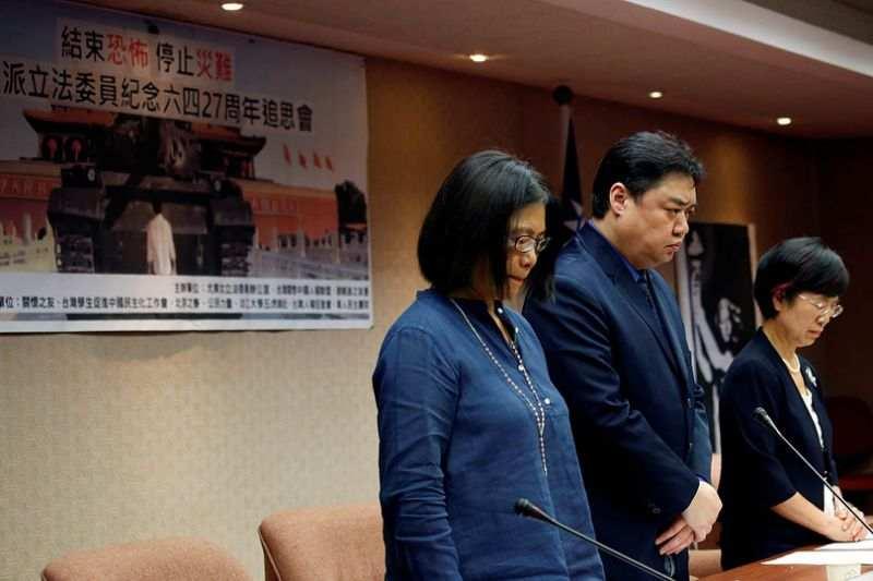 Cựu sinh viên Ngô Nhĩ Khai Hy (Wu Er Kai Xi, giữa) dành một phút mặc niệm cho các nạn nhân Thiên An Môn tại Quốc Hội Đài Loan, ngày 3/4/2016.