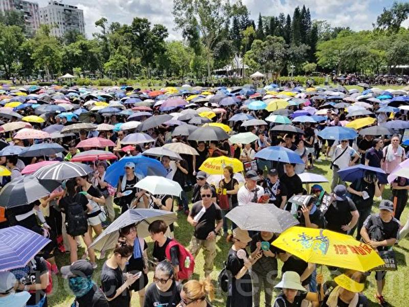 Ngày 1/7/2019, đoàn người diễu hành Hồng Kông đang đứng ở công viên Victoria tay cầm ô dù kiên nhẫn chờ đợi diễu hành bắt đầu.