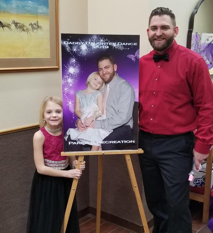 Đến hẹn lại lên. Như thường lệ năm nay cha lại đưa con đi tham dự buổi khiêu vũ dành cho cha và con gái. Bức ảnh năm trước được dùng làm ảnh giới thiệu, anh cảm thấy con gái mình như một siêu sao nhí. (Ảnh qua BrightSide)