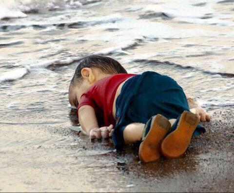 Bức ảnh thi thể bé trai 3 tuổi người Syria chết đuối, trôi dạt vào bờ biển khiến thế giới chấn động. (Ảnh qua zing)