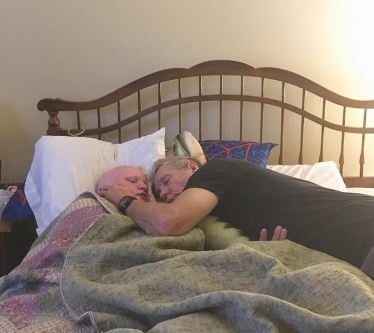 """""""Bố ngủ thiếp đi sau khi thức chăm sóc đứa em trai ốm yếu của tôi suốt đêm"""". (Ảnh qua Bright Side)"""
