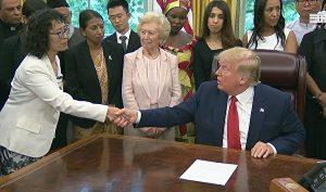 Tổng thống Trump gặp gỡ học viên Pháp Luân Công và các nạn nhân bị đàn áp tín ngưỡng