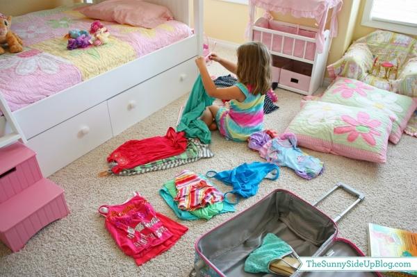 Gấp quần áo là việc đơn giản mà trẻ có thể tự làm. (Ảnh minh họa)